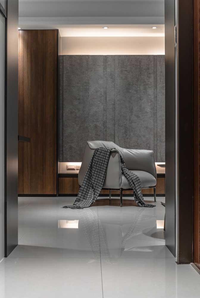 Porcelanato branco polido para o quarto e o closet. A combinação com o cinza deixou o ambiente sóbrio e moderno