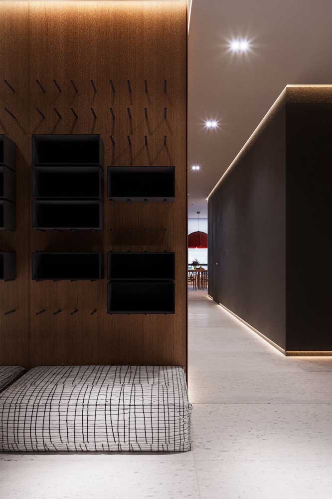 A casa de estilo contemporâneo optou por usar o mesmo porcelanato branco com textura em todos os ambientes