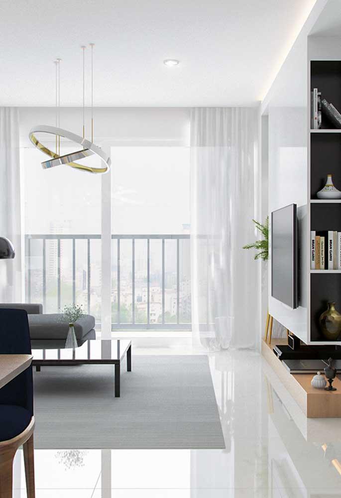 Sala com porcelanato branco polido. Luz e amplitude para o ambiente pequeno