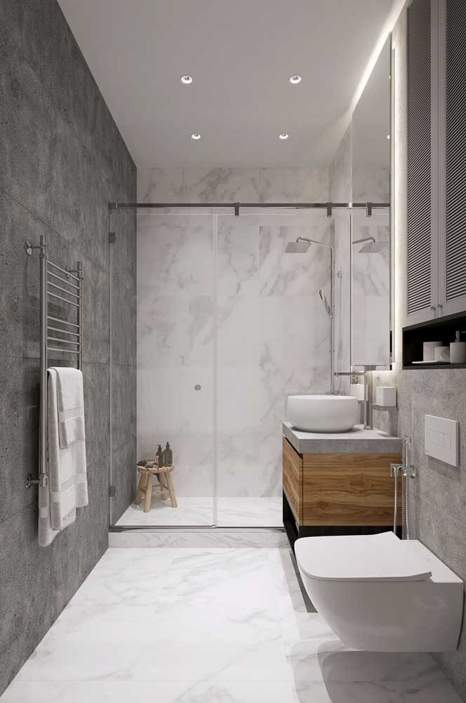 O mesmo porcelanato usado no chão pode ser utilizado na parede do box do banheiro, criando uma identidade visual