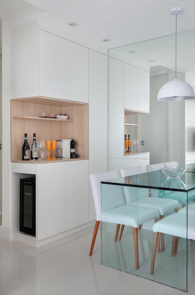 O branco é a marca registrada dessa cozinha. A cor aparece no piso porcelanato, na pintura e nos móveis
