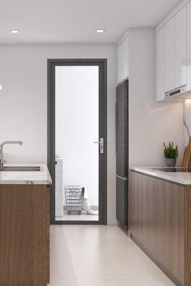 Porcelanato branco combinado com uma faixa cinza, também em porcelanato. Um piso bonito e resistente para a cozinha