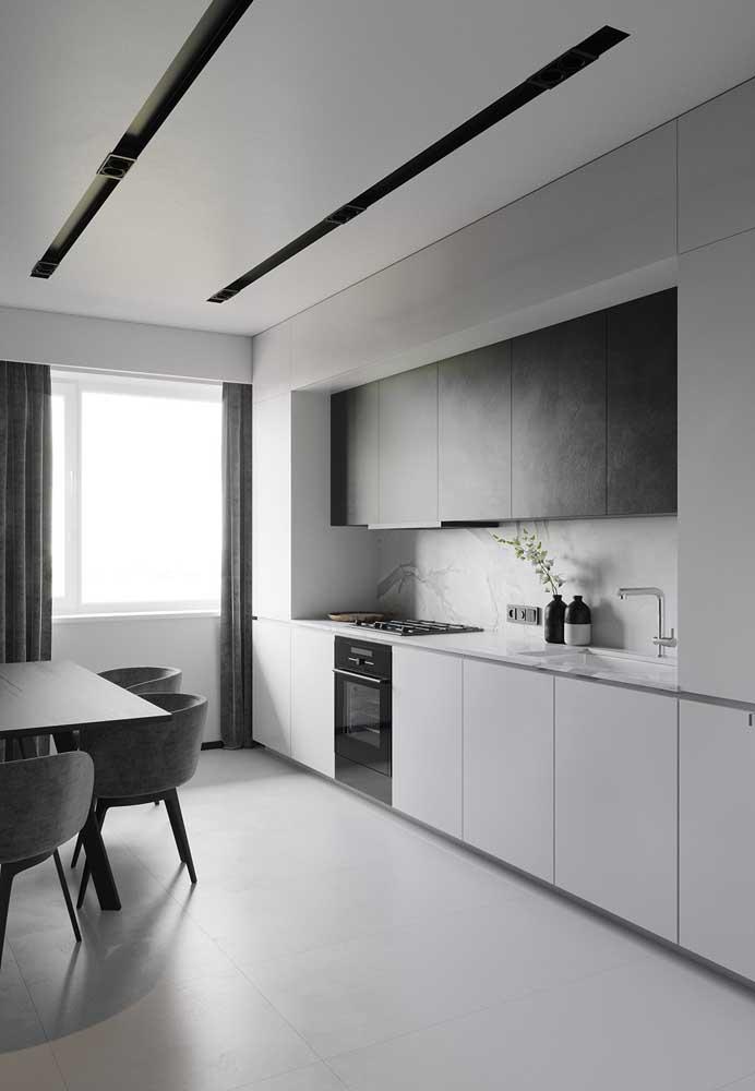 Quer uma cozinha moderna e minimalista? O porcelanato branco acetinado é ideal para essa proposta