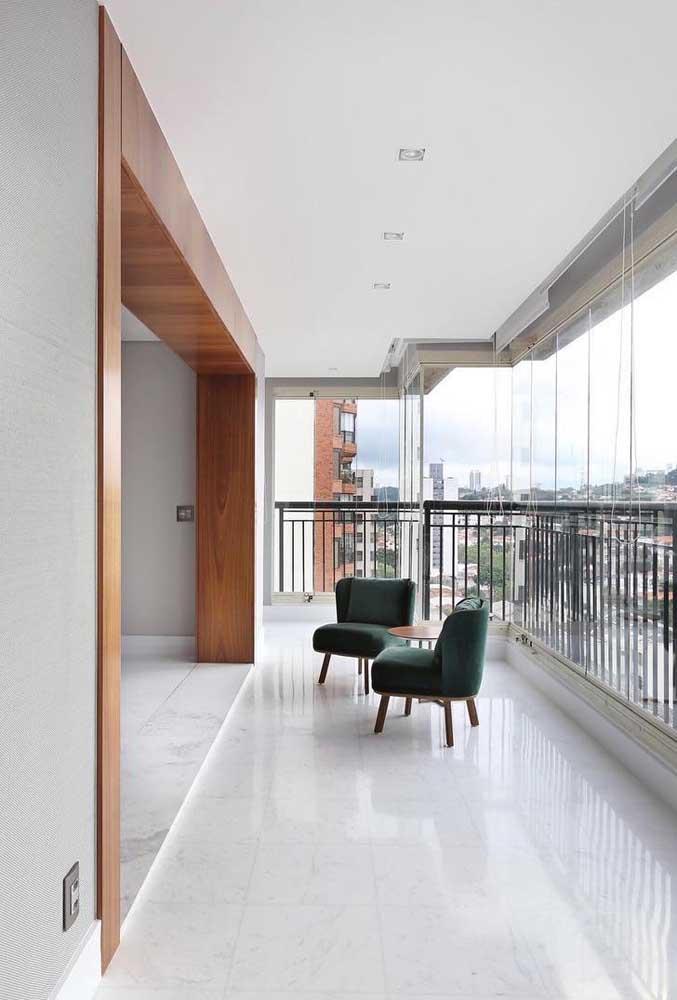 Porcelanato branco para varanda. Atenção para umidade que pode deixar o piso escorregadio, prefira as versões acetinada ou esmaltada