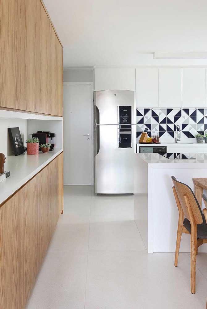 Os móveis amadeirados formam uma bela combinação com o piso porcelanato branco