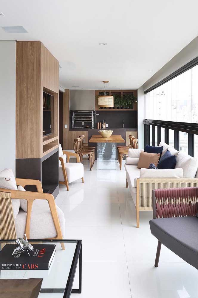 Piso e teto branco para ampliar e iluminar o ambiente integrado