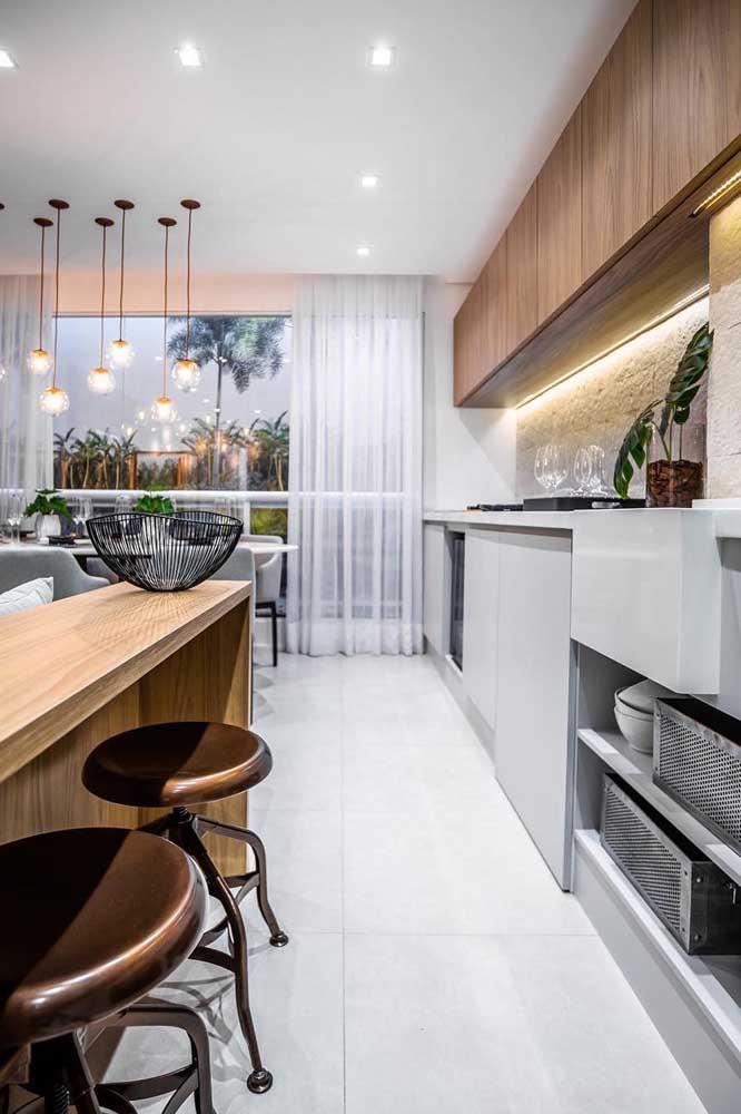Anote aí essa dica de paleta de cores para cozinha: branco no piso e cinza com madeira nos móveis
