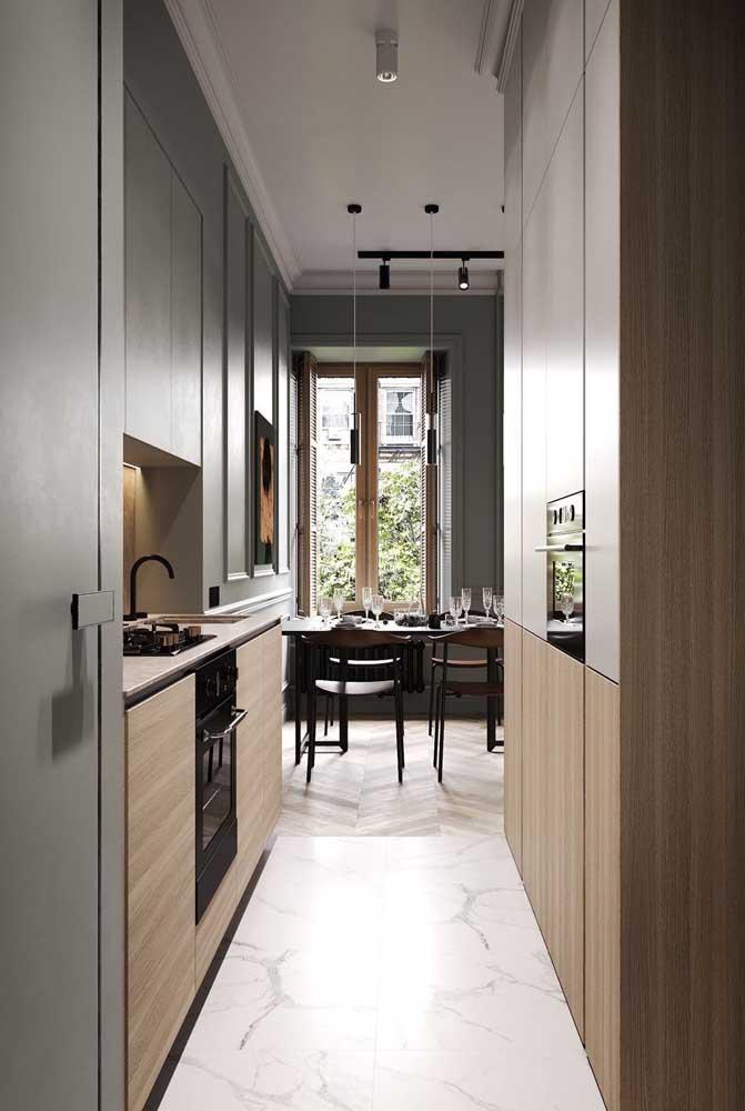 Porcelanato branco marmorizado para trazer charme e elegância para a cozinha pequena