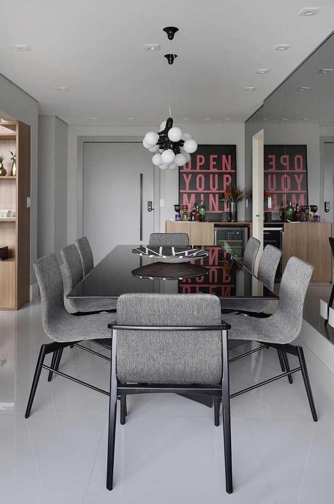 Sala de jantar moderna com porcelanato branco e móveis cinza
