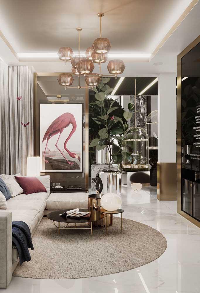 Nesta sala, os detalhes em dourado complementam a beleza do piso porcelanato branco