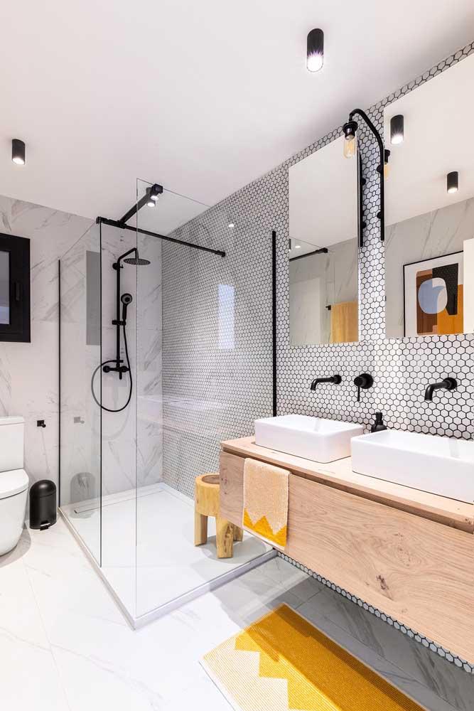 Já nesse banheiro a opção foi por usar porcelanato branco liso no chão e porcelanato branco marmorizado na parede