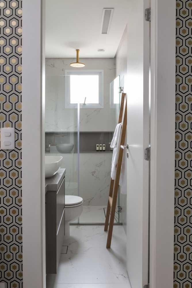 Decoração leve, clean e sofisticada nesse banheiro de porcelanato marmorizado