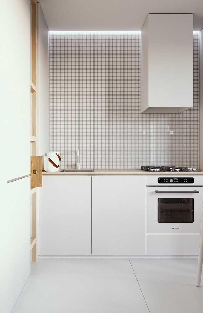 Pensando em como montar uma cozinha clean? Então insira o porcelanato branco no projeto
