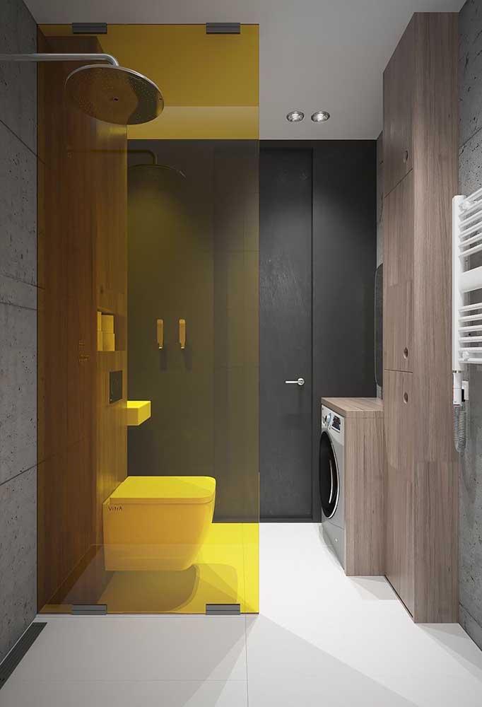 """A divisória amarela de acrílico """"acendeu"""" esse banheiro moderno de tons neutros e porcelanato branco"""