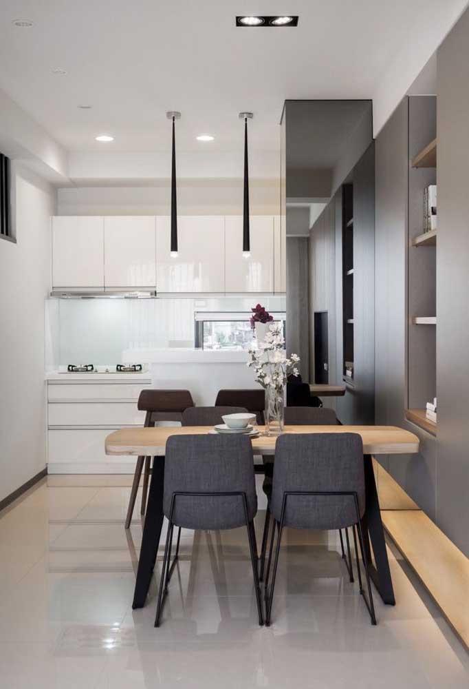 O clássico preto e branco passa pelo piso porcelanato nessa cozinha