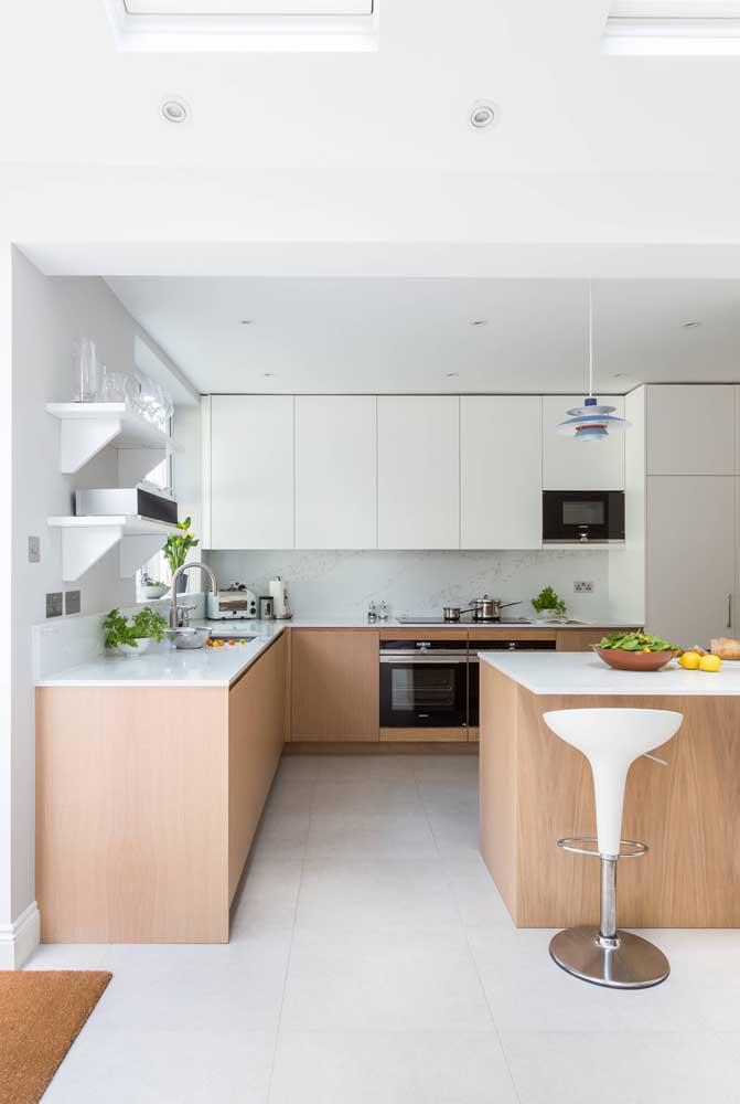A frieza do porcelanato branco pode ser contrastada com o uso de móveis e elementos em madeira