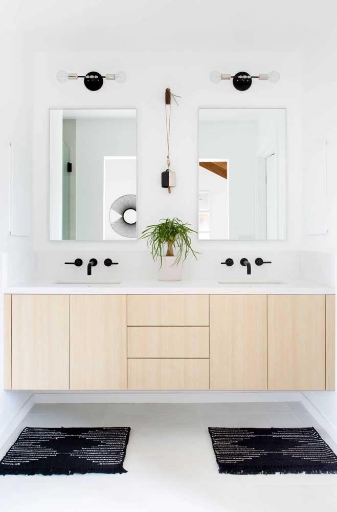 Banheiro com porcelanato branco para uniformizar o espaço