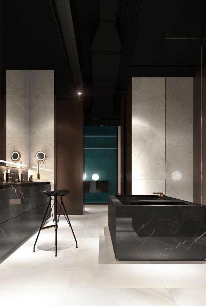 Um banheiro sofisticado com piso porcelanato branco e banheira revestida com mármore preto