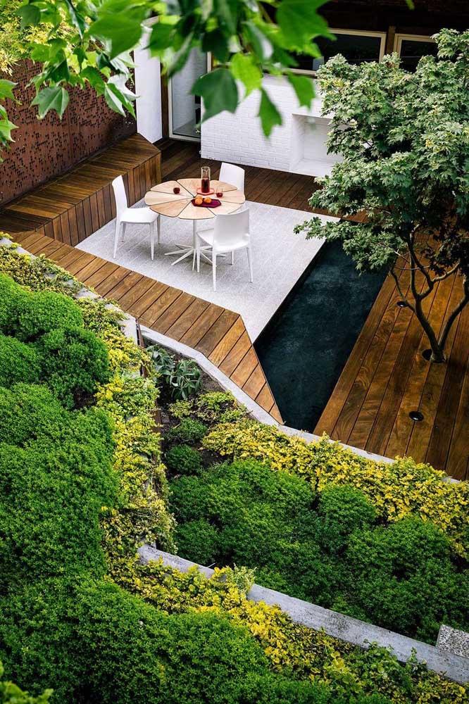 Jardim residencial moderno com área gourmet