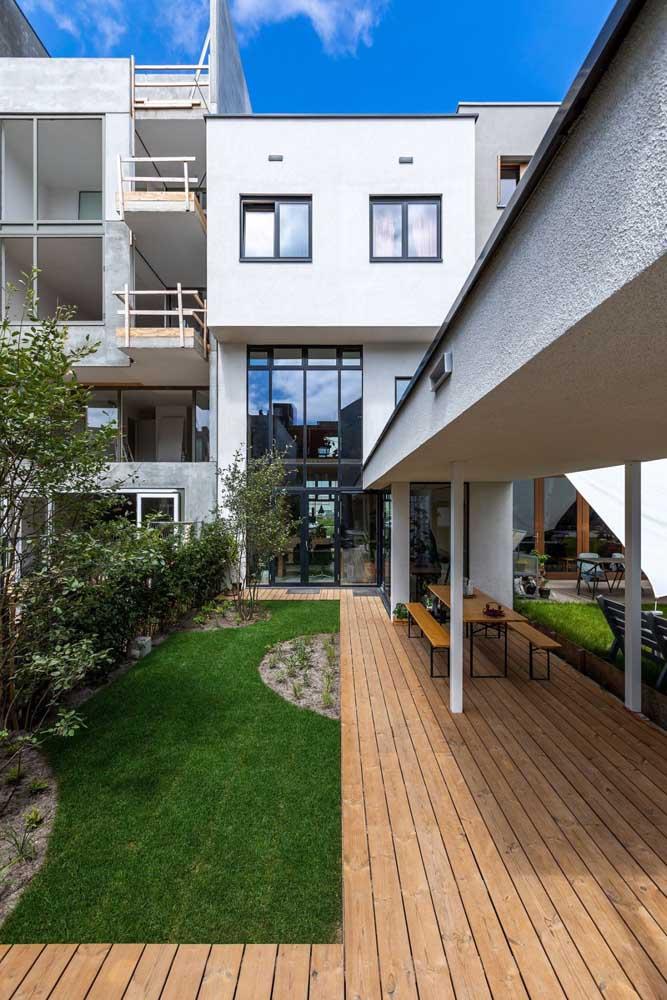 Jardim residencial com grama: perfeito para quem tem crianças e pets em casa