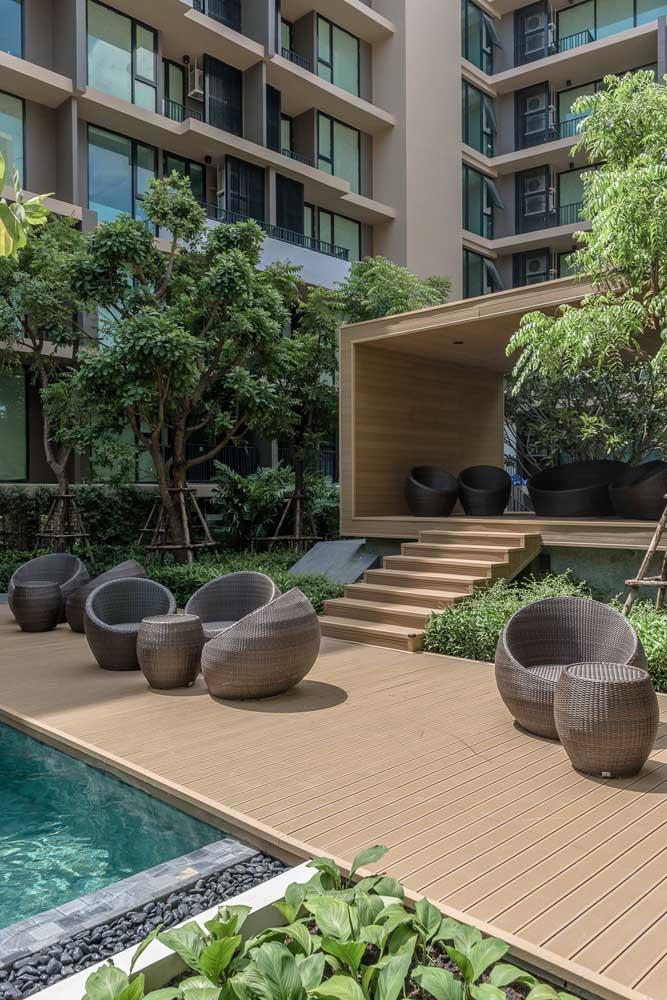 Jardim residencial grande com piscina. Feito para relaxar