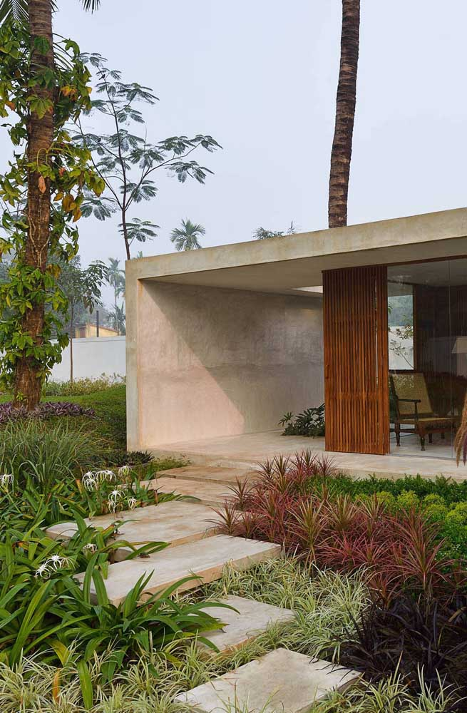 Jardim residencial moderno com espécies rasteiras