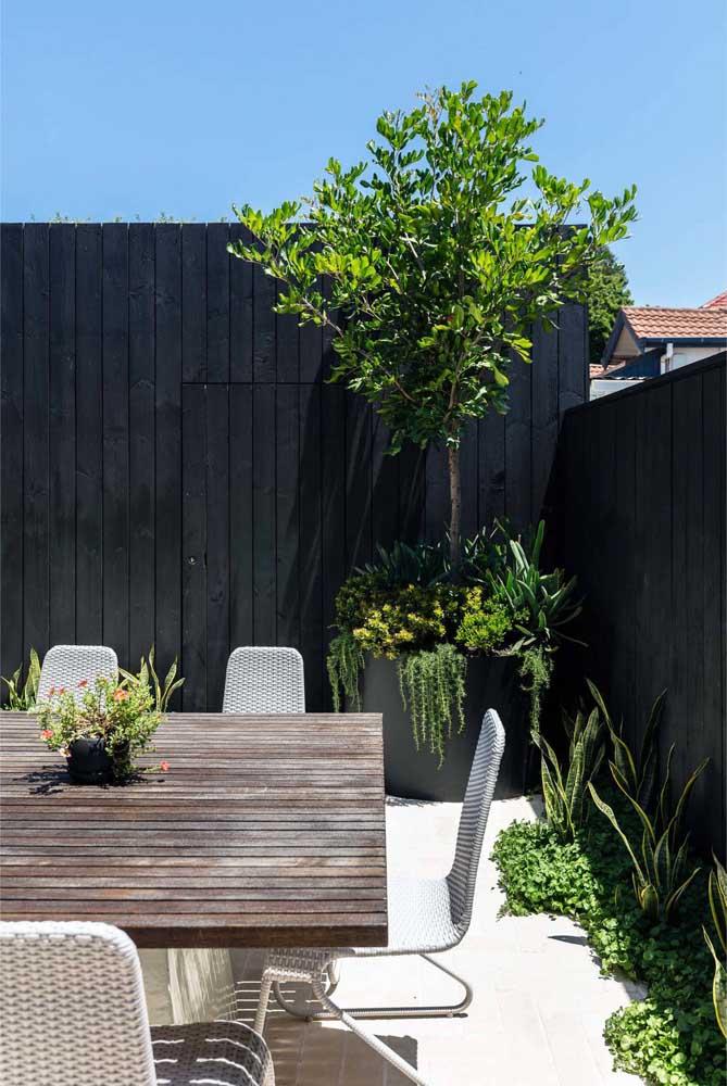 Jardim residencial pequeno feito em vasos e pequenos canteiros