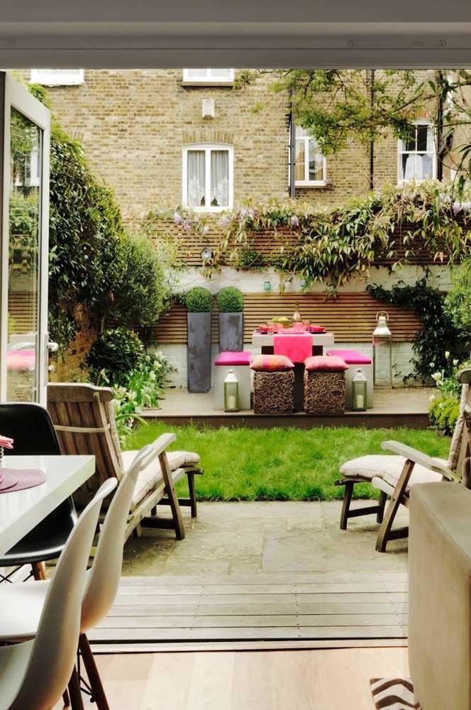 Jardim residencial com espaço gourmet e área de contemplação