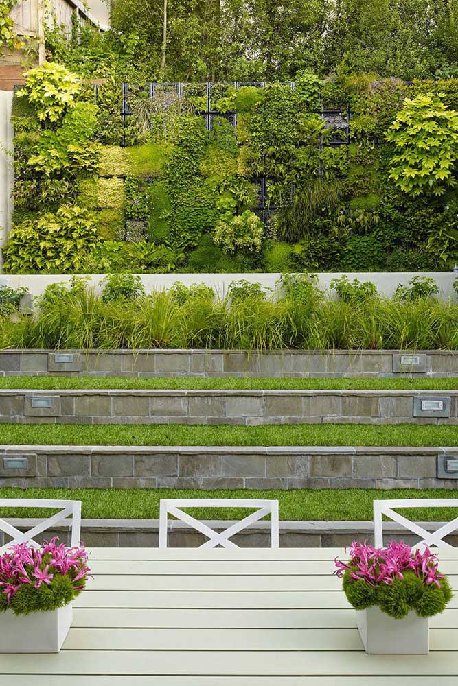Treliças metálicas garantem a sustentação desse jardim vertical externo