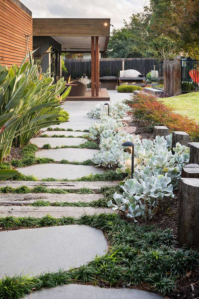 Jardim tropical e rústico na entrada da casa