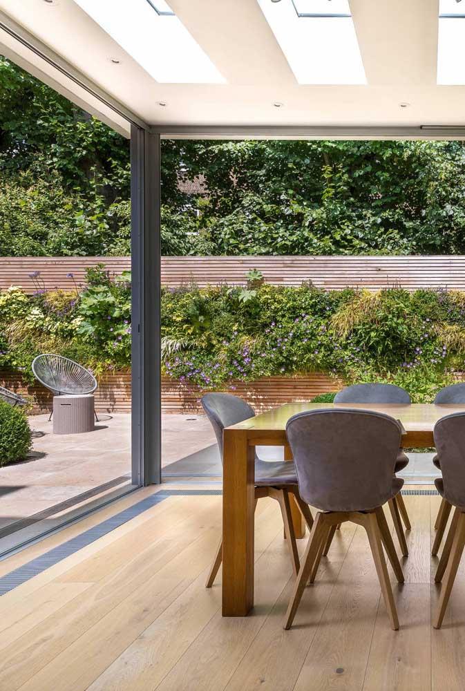 Jardim vertical percorrendo a lateral externa da casa