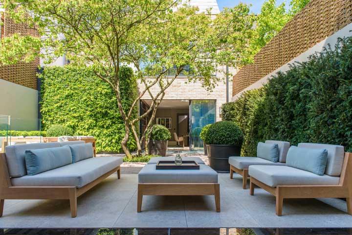 Escolha móveis próprios para jardim, com estofamento impermeável e material de boa qualidade