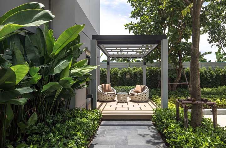 Pergolado para contemplar o jardim tropical