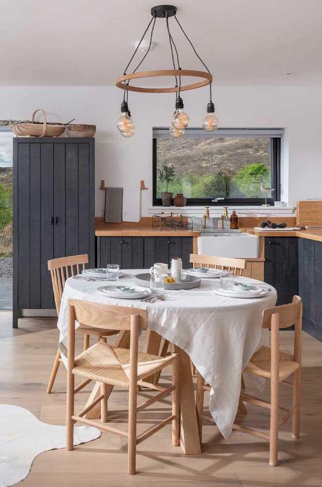 Lustre de MDF com detalhes em preto para combinar com o estilo moderno da cozinha