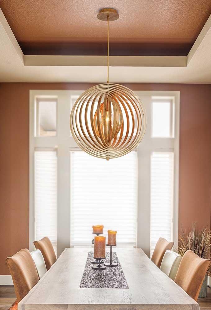 Lustre de MDF redondo e vazado para encher de charme a sala de jantar