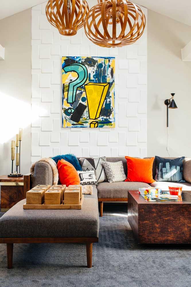 Para essa sala de estar foram escolhidos dois modelos diferentes de lustre de MDF redondo