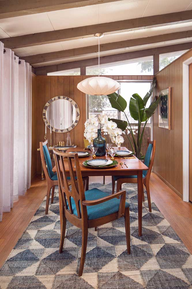Essa sala de jantar rústica e acolhedora acertou em cheio com o lustre de MDF branco