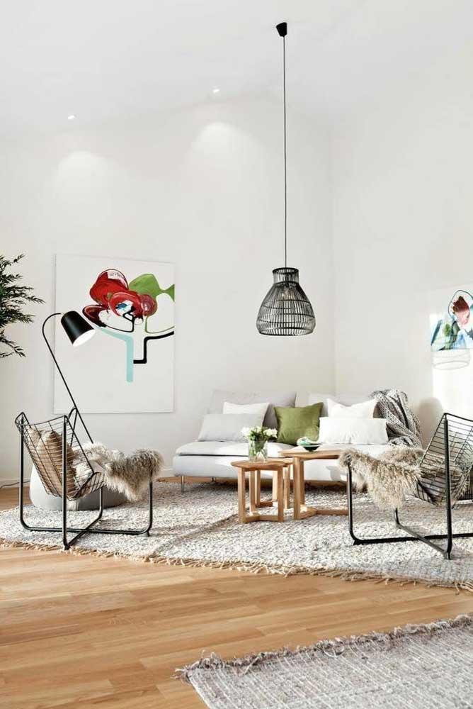 Lustre de MDF preto combinando com os demais elementos da sala de estar