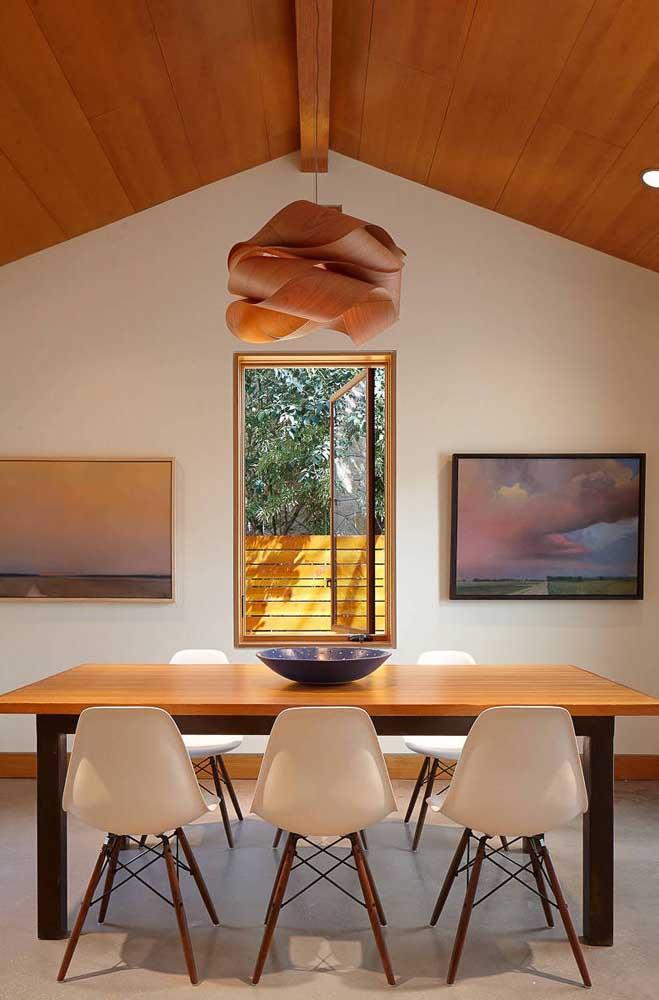 Lustre de MDF na mesma cor do teto de madeira