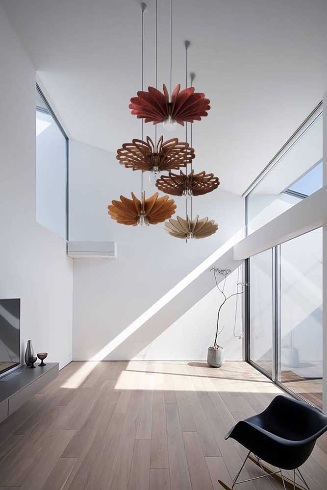 Nessa sala de estar minimalista, os lustres de MDF são o grande destaque