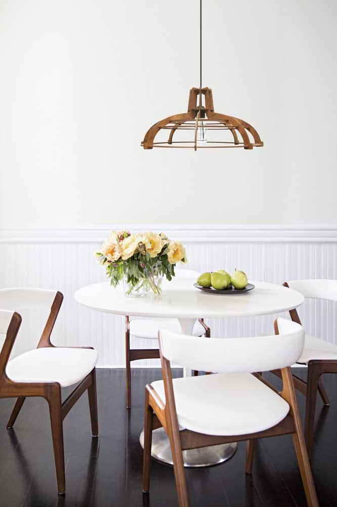 Lustre de MDF redondo e simples para realçar a mesa de jantar