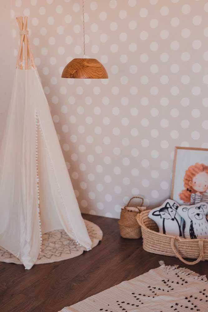 O quarto infantil aconchegante e de tons neutros ganhou um lustre de MDF com cúpula fechada, garantido uma iluminação difusa e acolhedora