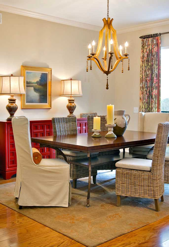 O mix de estilos dessa sala de jantar fica ainda mais evidente com o lustre clássico em MDF