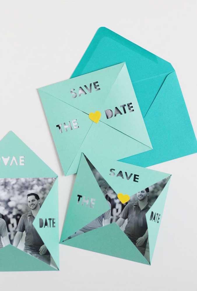 Save the date com a foto dos noivos. Repare que o envelope integra o convite