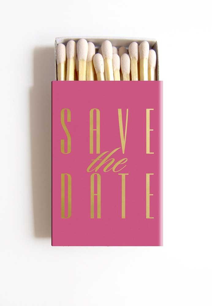Que tal essa ideia aqui: caixinha de fósforo com o Save the date