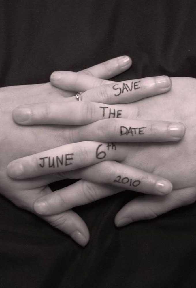 Que tal marcar na pele o Save the date e fotografar para os convidados? Pode ser uma tattoo de henna, tá?