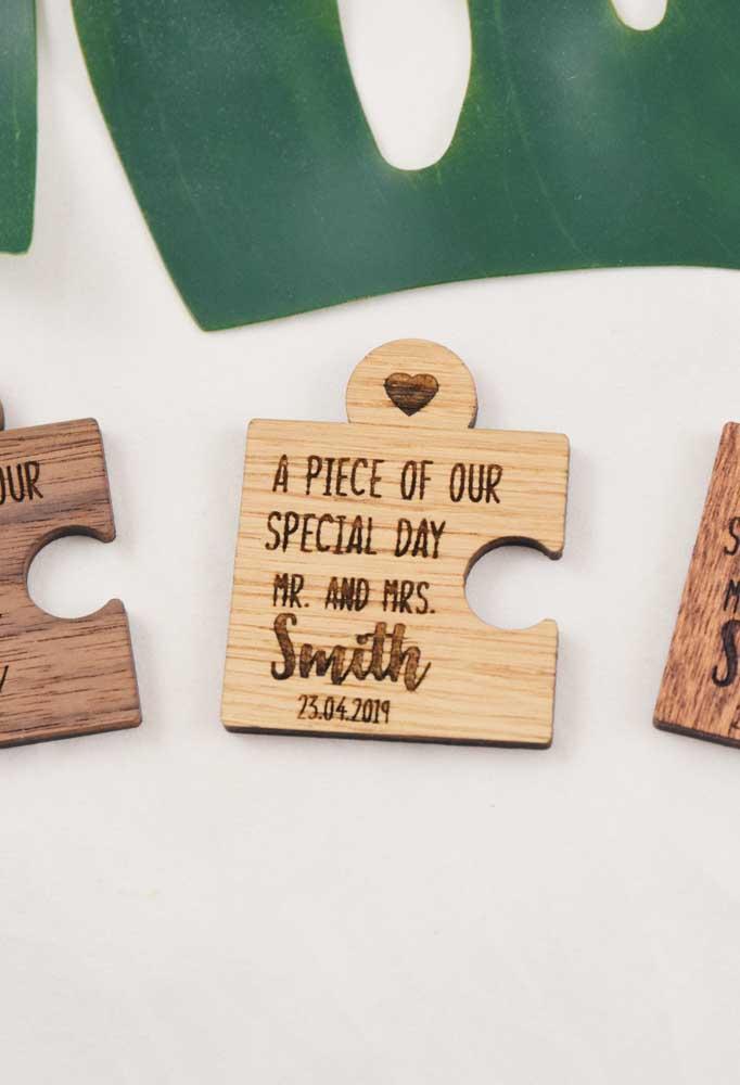 Pecinhas de quebra cabeça formam esse Save the date criativo e que pode ser montado no dia do casamento