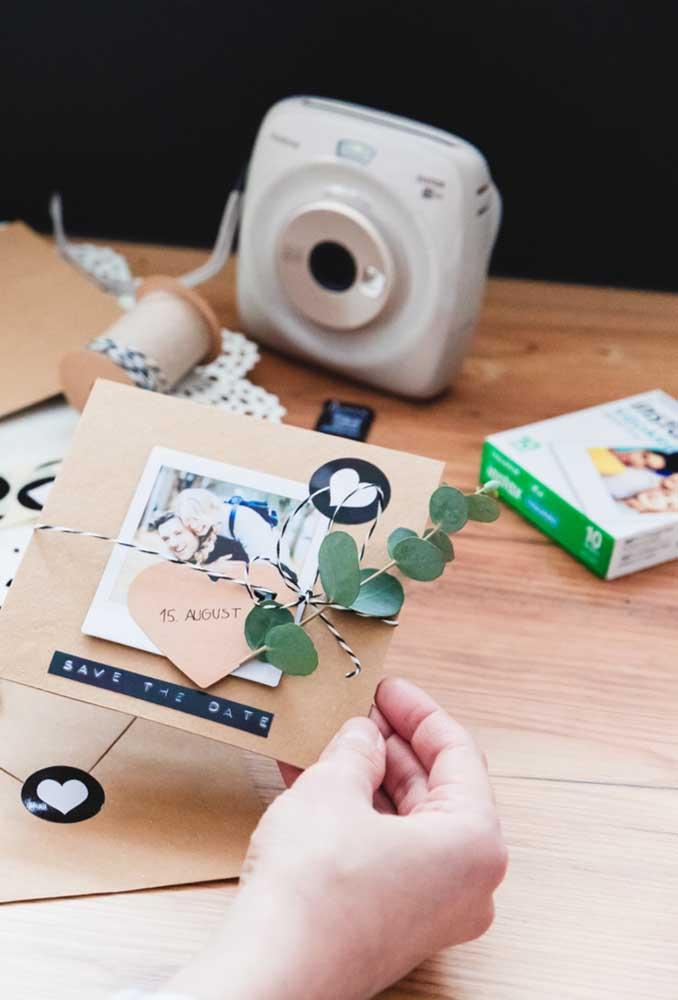 Uma foto, um pedaço de papel pardo, um galhinho de eucalipto e a data do casamento. Só isso!