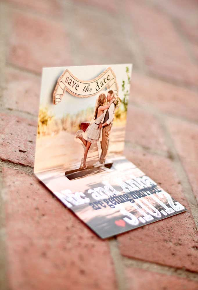 Um Save the date com a foto dos noivos e que os convidados podem guardar como uma linda lembrança