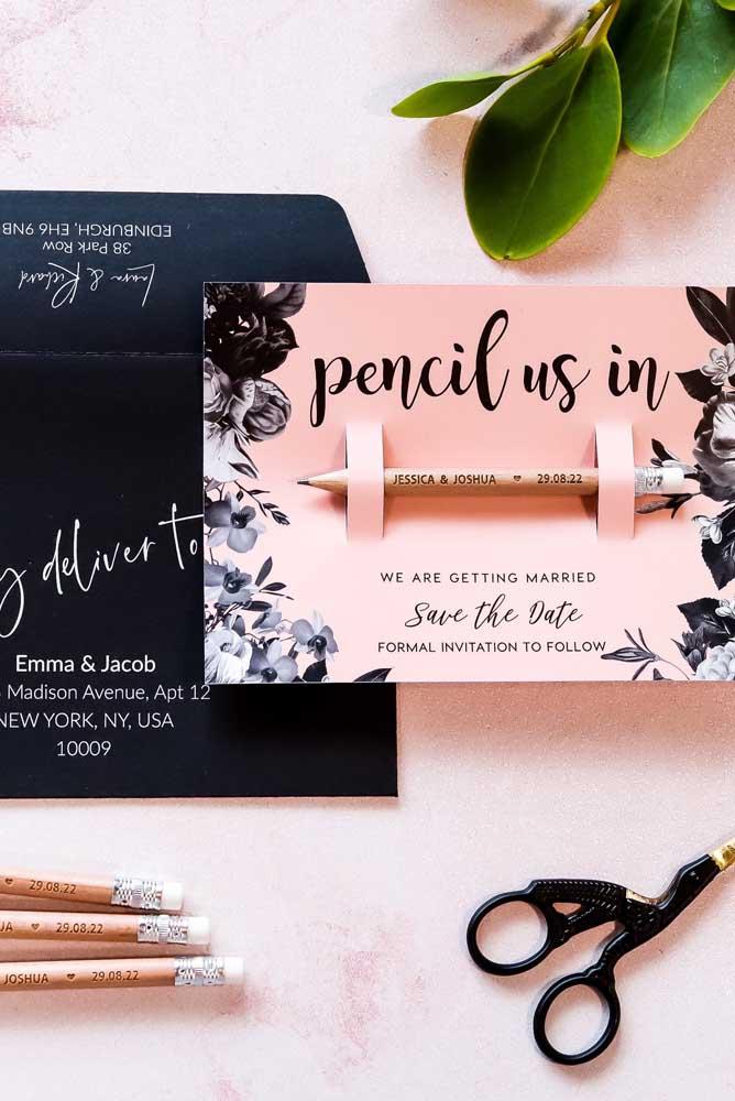 Nesse Save the date tem até um lápis para o convidado marcar o dia do casamento